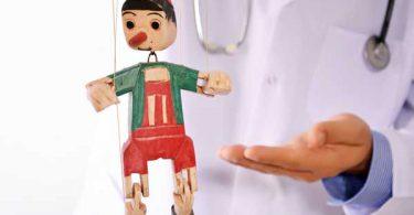 Wissenschaftler mit Pinocchio